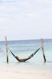 Grand-père et petit-fils détendant dans l'hamac de plage Photos libres de droits