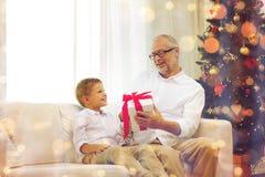 Grand-père et petit-fils de sourire à la maison Photographie stock libre de droits