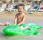 Grand-père et petit-fils de sourire jouant et éclaboussant dans l'eau de mer Portrait de garçon heureux de petit enfant sur la pl images stock