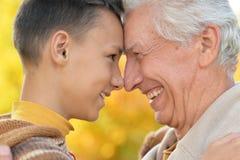 Grand-père et petit-fils en parc automnal Photo libre de droits