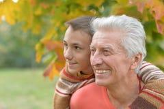 Grand-père et petit-fils en parc automnal Image stock
