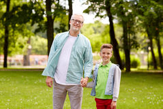Grand-père et petit-fils marchant au parc d'été Images libres de droits