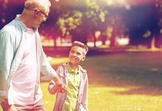 Grand-père et petit-fils marchant au parc d'été Photos libres de droits