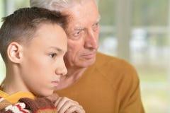 Grand-père et petit-fils réfléchis Photos libres de droits