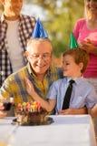 Grand-père et petit-fils sur la célébration de fête d'anniversaire Photographie stock