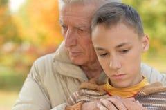 Grand-père et petit-fils tristes Photo libre de droits