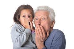 Grand-père et petite-fille étonnés Photographie stock libre de droits