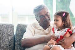 Grand-père et petite-fille Photographie stock