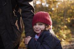 Grand-père et petite-fille appréciant Autumn Walk Images libres de droits