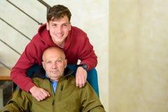 Grand-père et son petit-fils passant le temps ensemble images stock