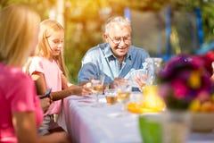 Grand-père jouant des cartes dehors Image libre de droits
