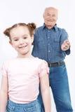Grand-père passant le temps avec la petite-fille Photos libres de droits