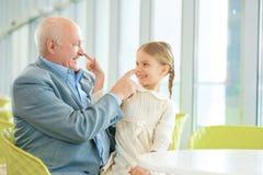Grand-père rencontrant sa petite-fille mignonne images stock