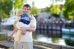 Grand-père tenant son petit petit-enfant de sommeil Images stock