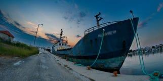 Grand pétrolier dans un port Photos libres de droits