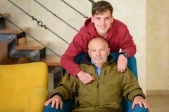 Grand-p?re et son petit-fils passant le temps ensemble images libres de droits