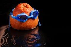Grand pamplemousse avec les lunettes de natation, dans l'eau, éclaboussure et baisses, concept de relaxation et mode de vie sain image stock