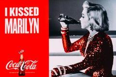 Grand panneau d'affichage de publicité de Coca-Cola dans la ville du centre de Bucarest photo libre de droits