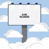 Grand panneau d'affichage de publicité vide par le nuage Images libres de droits