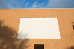 Grand panneau d'affichage vide fixé au mur de briques image stock