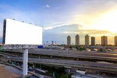 grand panneau d'affichage vide prêt pour la nouvelle publicité avec le coucher du soleil Image stock