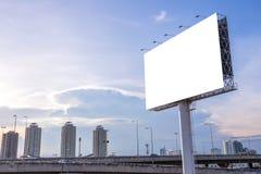 grand panneau d'affichage vide prêt pour la nouvelle publicité avec le coucher du soleil Images libres de droits