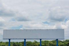 Grand panneau d'affichage vide prêt pour la nouvelle publicité extérieure Photo stock