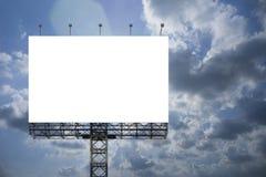 Grand panneau d'affichage vide sur le fond de ciel bleu pour votre publicité, mettez votre propre texte ici blanc d'isolat à bord Images stock