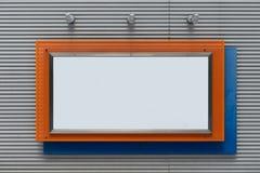 Grand panneau d'affichage vide sur un mur de rue images libres de droits