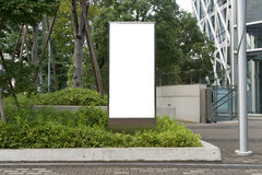 Grand panneau d'affichage vide sur un mur de rue Photographie stock