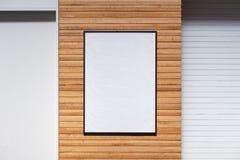 Grand panneau d'affichage vide sur un mur de rue, bannières avec la pièce de s'ajouter photos stock