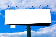 Grand panneau-réclame blanc au-dessus de ciel bleu image libre de droits