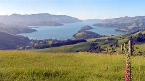 Grand panorama superbe de début de la matinée de port d'Akaroa, Nouvelle-Zélande Photographie stock libre de droits