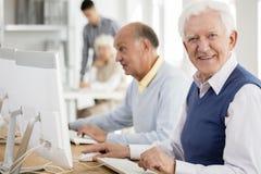 Grand-papa appréciant des classes d'ordinateur Photos stock