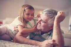 Grand-papa avec sa petite-fille photographie stock