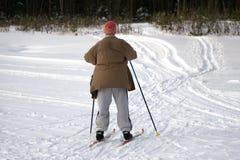 Grand-papa en bonne santé heureux actif, skiant dans la forêt neigeuse un jour ensoleillé d'hiver images stock