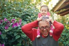 Grand-papa et petite-fille heureux image stock