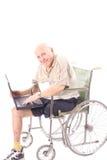 Grand-papa heureux contrôlant l'email Image stock