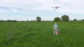Grand-papa heureux et petit-fils courant avec le cerf-volant banque de vidéos