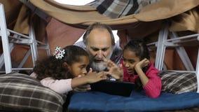 Grand-papa intelligent de showimg d'enfants comment employer le touchpad banque de vidéos