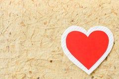 Grand papier rouge et blanc de coeur sur le fond de papier brun Photographie stock libre de droits