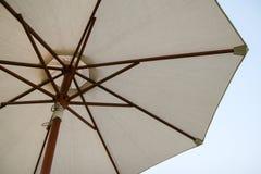 Grand parapluie de plage Photographie stock libre de droits