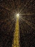Grand parapluie ouvert fabriqué à partir de des lumières au milieu de la ville comme décoration de Noël Images stock