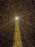 Grand parapluie ouvert fabriqué à partir de des lumières au milieu de la ville comme décoration de Noël Photo libre de droits