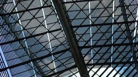 Grand parasol de pergola fait de métal un jour ensoleillé photographie stock