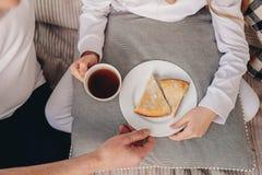 Grand-parent traitant la fille avec le petit déjeuner doux Photos stock