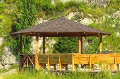 Grand pavillon en bois dans la forêt Image stock