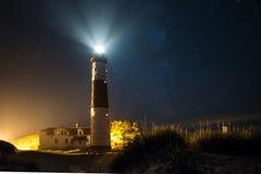 Grand phare de sable la nuit avec des étoiles image libre de droits