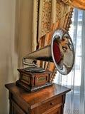 Grand phonographe brillant sur la table de chevet photographie stock libre de droits
