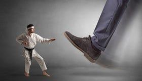 Grand pied marchant le petit homme de karat? photo stock